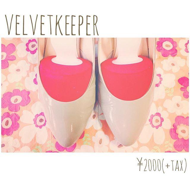 エナメルはシワが気になる…予防のためのベルベットキーパーAG+ 赤色の型はアーモンドトゥ用♪HP:@shoecaregirls#shoecaregirls#靴磨き女子部ピンクレンジャー#靴磨き女子部#エナメルシューズ #お手入れの基本#ベルベットキーパー#セリア雑貨#消臭機能付き#mowbray#ヒール好き#靴好き#革靴女子#置き画くら部#花柄#ついつい集めちゃう#ペーパーナプキン