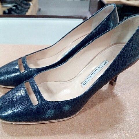 気がついたらガリッと削れてしまったお気に入りの靴…。 新品同様にはならなくても、目立たなくはなりますよ!#靴磨き女子部#shoecaregirls #あしもとくらぶ#劇団ぴよこ#beforeafter#shoecare#ladiesshoes#pellico#mowbraymania#shoe活2017#使用したのは#クリームナチュラーレ#ネイビー#困ったら#シューケアマイスターに#ご相談を!