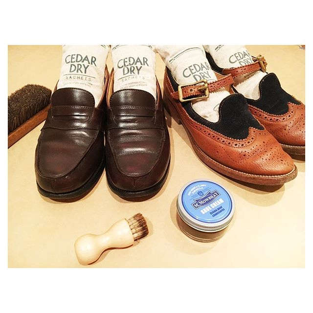 .落ち着く自分の部屋で靴磨き女子ぃ〜な時間。秋になったらより一層活躍させたい靴をお手入れしてみた。#靴磨き女子部 #靴磨き女子部こびと#mowbraymania #shoecare #シダードライ愛用#じつは3セット持っている#jmweston #ローファー#yuketen#コンビ靴#革靴女子