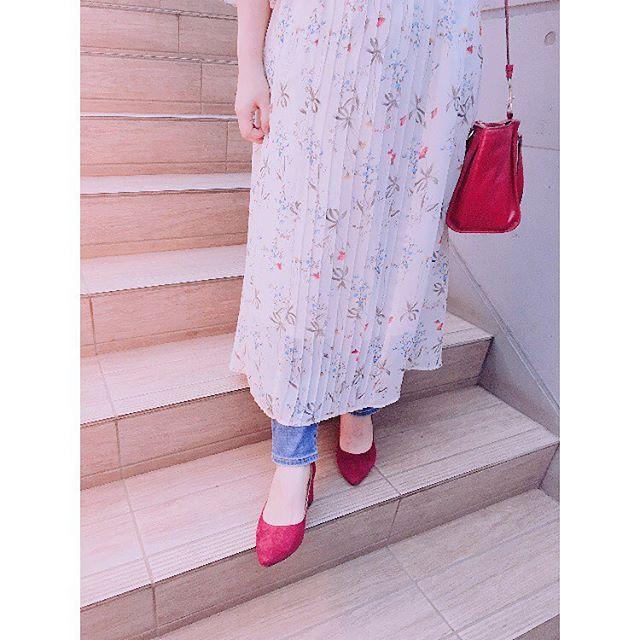 足元から秋靴にクラシカルなレッドスエードパンプスを。ヒールの靴が最近の気分です♫#靴磨き女子部 #バクバクコアラ#初チャンキーヒール#安定感#赤い靴#赤いバック#赤が好き#スエード#パンプスコーデ#花柄ワンピース#shoe活2017