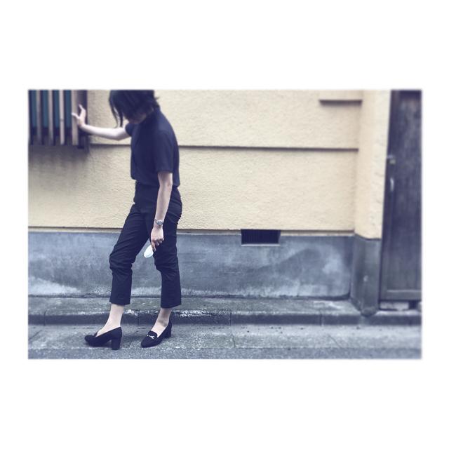 たまーにする、モノクロすけなりのかっちり気味コーデ。最近は黒×ネイビーが好きです手に持っている物体、、クワトロコンビブラシです。スエードに使えます!ホコリを取るだけでも全然違います!😎 #モノクロすけ#靴磨き女子部#あしもと倶楽部 #mowbray#mowbraymania#shoecare#ootd#fashion#black#navy