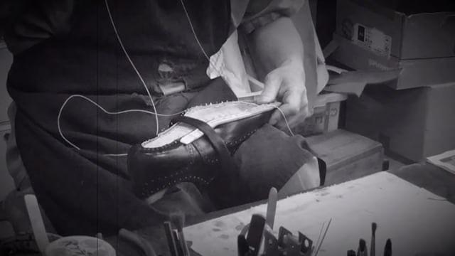 大塚製靴さんの工場を見学させていただき、一つ一つ丁寧に仕上げられていく靴を見てその職人技に見惚れました。.写真の道具は師匠さんから受け継いだ大切なものだそうです。.HP:@shoecaregirls#shoecaregirls#靴磨き女子部ピンクレンジャー#靴磨き女子部#mowbraymania#mmowbray#足元くら部#japan#大塚製靴#オーダー靴#職人技#靴作り#工場見学#japanmade#受け継がれるもの#職人さん#丁寧な暮らし#shoesmakemehappy