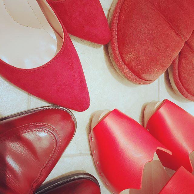【movie】赤い靴が好きで、気づけば赤ばかり、、︎赤い靴ってなぜか惹かれてしまいます!そして〝赤い靴〟がストーリーの鍵となる映画が今月公開されると知り、今からとっても楽しみです♫・・【ジュリーと恋と靴工場】靴工場を舞台に〝赤い靴=戦う女〟を履いた女性たちが人世を切り開く、心踊るフレンチ・コメディ・ミュージカル!・#ジュリーと恋と靴工場#9月23日公開#9月23日は靴磨きの日 #靴磨き女子部#バクバクコアラ#足もと倶楽部#靴磨き#shoecare#赤い靴