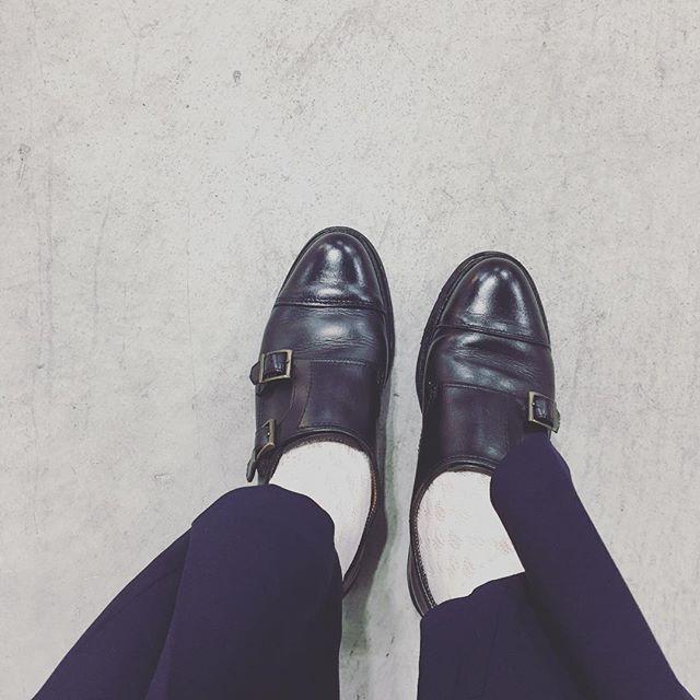 洋服も靴もメンズライクなものが多いので、小物で女性らしさをプラスするように気をつけています…!この日はレースの靴下を履いてみました!(分かりにくくすみません…!) このパラブーツも4年ほど履いてだいぶ馴染んできました。HP:@shoecaregirls#靴磨き女子部 #靴磨き女子部せんちゃん #paraboot #パラブーツ #mowbraymania #9月23日は靴磨きの日