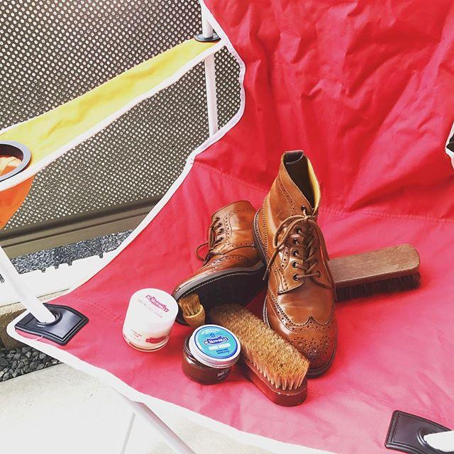 秋の気温が心地良い今日は靴磨きの日靴こんな日はベランダで、これからの季節にいっぱい活躍してくれるブーツを磨きます︎️#靴磨きの日2017 #mowbray #shoecaregirls #mowbraymania #trickers #トリッカーズ #カントリーブーツ #あしもと倶楽部 #靴磨き #ベランダ #秋 #靴磨き女子部 #しじみ