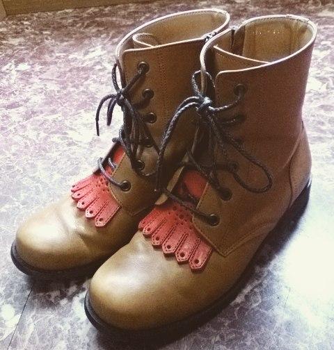 早いことに今週末から10月に入りますねそろそろブーツの活躍する季節です。 #靴磨き女子部 #shocaregirls #ハスキー犬 #ハスキーケン #くつのこと #wag #ワグ #ショートブーツ #シューキルト #秋 #革靴 #カントリーシューレース #靴磨きの日2017HP:@shoecaregirls