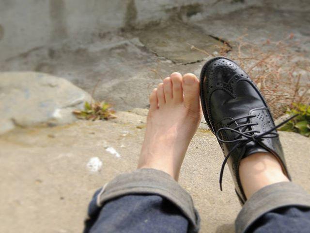 やっと足に馴染んできたALDEN。「磨いてからどれくらい保ちますか?」の質問に答えられるよう、シューツリーとブラッシングのみでどこまで履けるか実験中。#alden#cordvan#horween #leathershoes#denim#rhrb#ladiesfashon#shoecare#shoeshine#love#madeinusa#USA#mowbray#mowbraymania#サルトレカミエ#あしもとくらぶ#靴磨き#実験中#靴磨き女子部#劇団ぴよこ