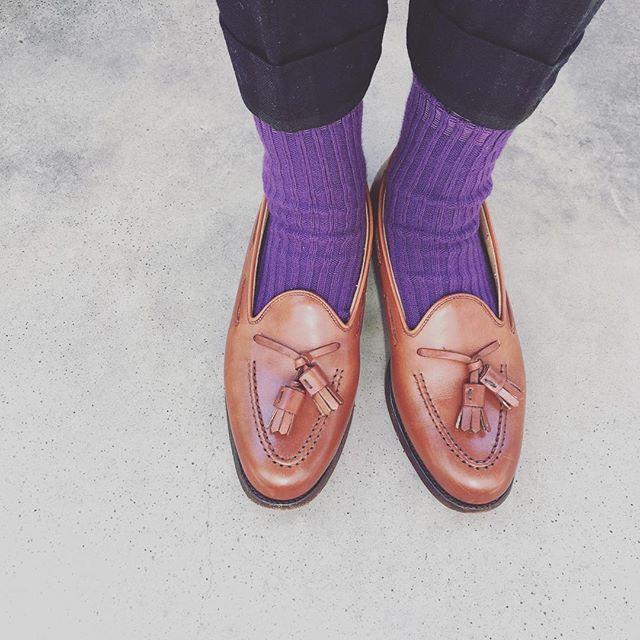 こんにちは。先日まで早く秋服が着たいなぁ〜と思っていたのですが、すでに冬服が恋しくなってきました…☃️ウールのパンツやダッフルコートを早く着たいです!!! そしてそのときはこんな足元にしようと思っています♬HP:@shoecaregirls#靴磨き女子部 #靴磨き女子部せんちゃん #crockettandjones #beamsboy #タッセルローファー #9月23日は靴磨きの日でした来年も宜しくお願い致します #靴磨きの日2017