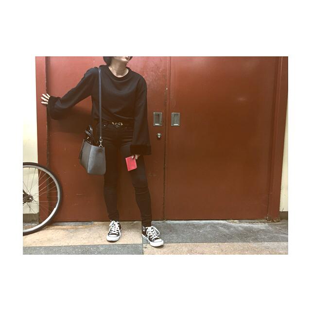 .とある日のスタイルオールブラックの心地よさ、たまりませんでも意外と赤も好きなんです.イタリアに行った時に買ったIL BISONTEのパスケース。赤と黒の組み合わせ…大好物です️ #靴磨き女子部#モノクロすけ#mowbraymania#mowbray#fashion#style#black#red#zara#ilbisonte#converse#allstar#converseallstar#ootd#leather