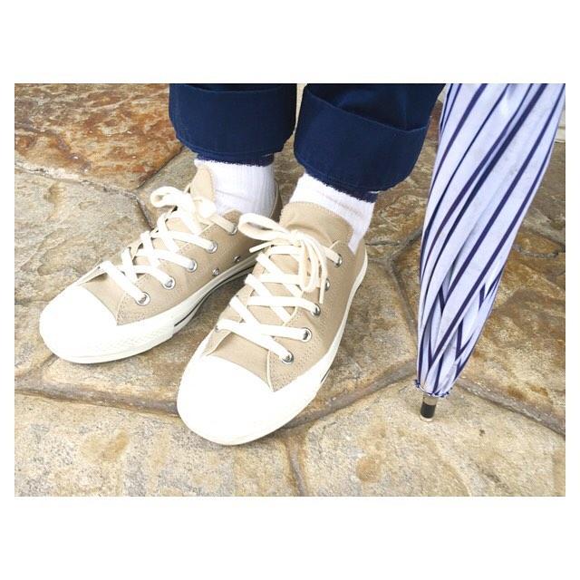 .雨が続きますね️でもお気に入りの靴を履けば気持ちも高まります.キャンバスのスニーカーには防水スプレーをかければ雨のお出かけも心配ありません️#shoecaregirls #靴磨き女子部 #靴磨き女子部こびと#コンバース#converse #mhl#エムエイチエル#margarethowell #マーガレットハウエル#スニーカー#mowbray #mowbraymania #プロテクターアルファ#防水スプレーで汚れ対策!