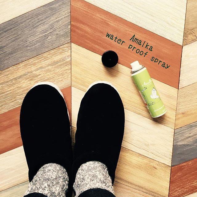おはようございます。最近はお天気が不安定ですね…️そんな時は雨に強いスエード靴と防水スプレーで対策しましょう! アマールカシリーズに防水スプレーもありますよ【water proof spray ¥1000+tax】HP:@shoecaregirls#靴磨き女子部 #靴磨き女子部せんちゃん #sneaker #suede #amalka #アマールカ #nike #nikeairmoc