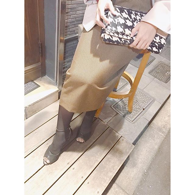 .ここ最近天気が良くなかったので、久しぶりの晴天に気分が上がっております🌞ずっと着たかったワンピースも初おろしです❣️ ..#オープントゥ#パンプス#慣れない#7cmヒール#boissonchocolat #やっぱり靴は黒#靴磨き女子部#グリーンメン#ヒールの削れは#レザーマニキュア#mowbraymania #shose
