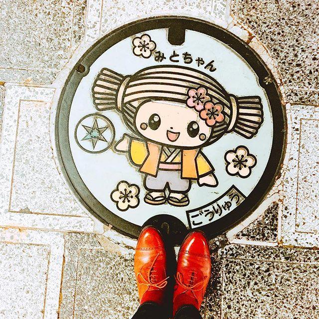 こんばんは!本日より出張で水戸におじゃましています水戸のカワイイみとちゃんとお気に入りの#ralphlauren の靴♬ 明日から3日間、#水戸京成百貨店 にてシューケアイベントを開催いたします。●3日婦人靴売り場(2階)●4日&5日紳士靴売り場(5階)近隣の方は、よかったらぜひお立ち寄りください #靴磨き女子部 #バクバクコアラ #靴磨き#shoecare #mmowbray #mowbraymania #水戸#みとちゃん#ralphlauren #crockettandjones