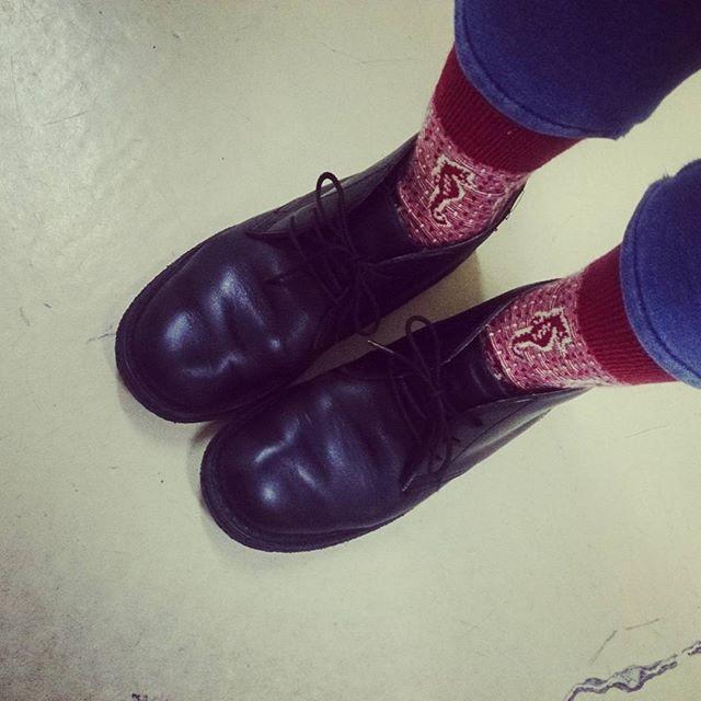 赤い靴下をアクセントに。お気に入りのリーガルチャッカーブーツで出社です #靴磨き女子部 #shocaregirls #くつのこと #靴磨きの日2017 #くつ #革靴 #デニム #靴下くら部 #足元クラ部 #リーガル #regal #チャッカーブーツ #靴下好き #靴磨きHP:@shoecaregirls