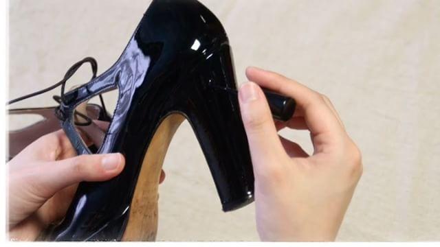 .動画で見るシューケアレシピ今回はヒールのキズ補修!傷ついたままではちょっとかっこ悪いかも?とっても簡単なのでケアしてみてくださいね︎...HP:@shoecaregirls#靴磨き女子部#丁寧な暮らし#靴磨き女子部ピンクレンジャー#おしゃれさんと繋がりたい#足元くら部#就活#女の嗜み#レザーマニキュア#shoecaregirls#mmowbray#mowbraymania#仕事靴#今日のお手入れ#followme#shoecare#お手入れ#足元美人#エナメル#動画で見るシリーズ#パラッツォブルチャート#palazzobruciato...