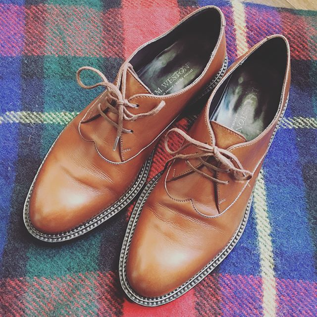 こんにちは。たびたび登場する一足ですが…先日、つま先にスチールを付けてもらいました!ずっと気になっていたのでスッキリです年末年始、靴のメンテナンスもお忘れなく!HP:@shoecaregirls#靴磨き女子部 #靴磨き女子部せんちゃん #mowbraymania #jmweston #革靴 #靴磨き