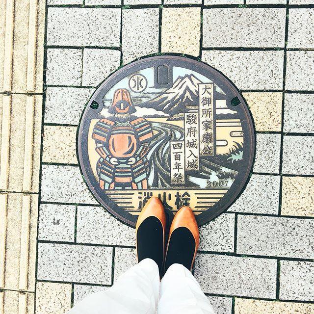こんにちは!出張で静岡にお邪魔しております︎またまた、お気に入りの#ralphlauren のパンプスです。レザーソールなので、地面の寒さを感じると冬を感じます笑 もこもこのインソール#ウールテックボア が大活躍#靴磨き女子部 #バクバクコアラ#mowbraymania #革靴女子#靴磨き#靴とマンホール#マンホール倶楽部 #マンホール部 #ralphlauren