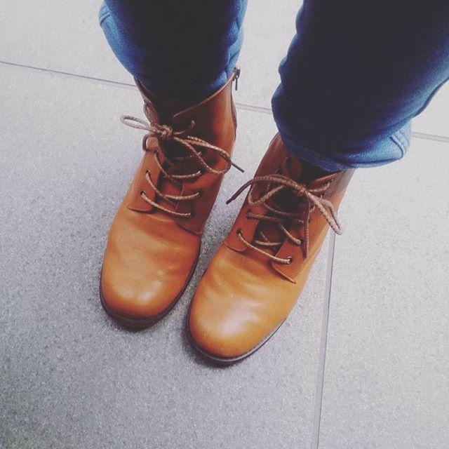 朝晩寒いですね。お気に入りのWAGのブーツの出番です。#靴磨き女子部#ハスキーケン #ハスキー犬 #shocaregirls #くつのこと#くつ#革靴#デニム#デニム好き#足元クラ部#ワグ#wag #ショートブーツ#モゥブレィ同盟 #mowbraymaniaHP:@shoecaregirls