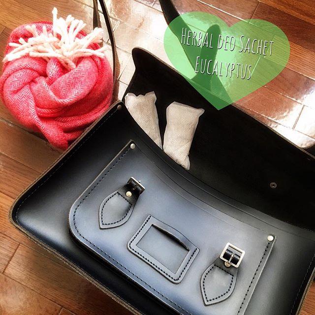 おはようございます。冬用のレザーバッグに「Herbal deo sachet ¥1500+tax」を入れてみました♪ 夏頃から入れておいたので、いい香りでシーズンを迎えられました︎ユーカリがお気に入りですHP:@shoecaregirls#靴磨き女子部 #靴磨き女子部せんちゃん #mowbraymania #herbaldeosachet #eucalyptus #cambridgesatchel