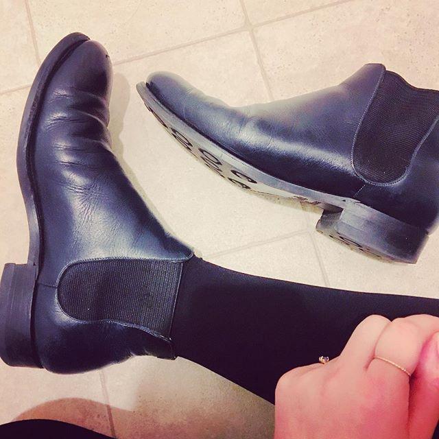 愛用して3年目の冬。サイドゴアブーツは脱ぎ履きしやすく、たくさん歩ける冬の相棒です黒に見えるようで、ネイビーなとこもお気に入り♬これからも履きたい!、、のでお手入れして、修理して、10年選手の靴にしていきたいなと#小さな野心 🤔#10年履ける靴#目指そう#靴磨き女子部#バクバクコアラ#サイドゴアブーツ#オーダーシューズ#shoes #boots#あしもと倶楽部 #mowbraymania #shoecaregirls