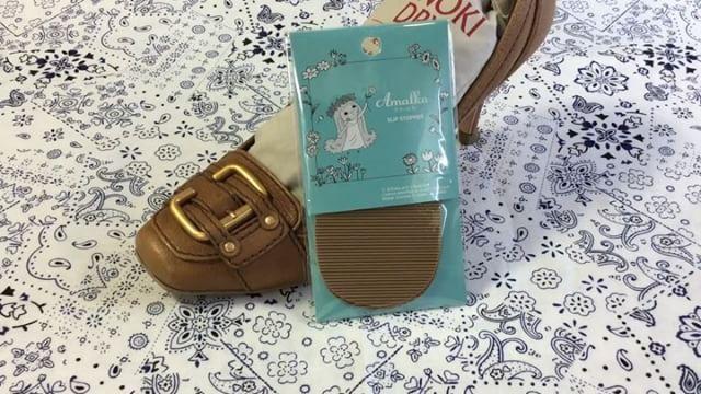 .ハイヒール好きにとってこの季節怖いのは濡れた道。寒くてポケットに手を入れて歩くので転んだら一大事早速滑り止めを装着!意外と簡単にできる対策なのでおすすめです️...HP:@shoecaregirls#靴磨き女子部#足元倶楽部#靴磨き女子部ピンクレンジャー#おしゃれさんと繋がりたい#足元くら部#靴磨き女子部のおすすめ#アマールカ#滑り止め#パンプス好き#週末靴磨き#ハイヒールを履こう#靴って大事#転びたくない#滑り止めシート#靴のこと#動画で見るシリーズ #shoecaregirls#mowbraymania#amalka...