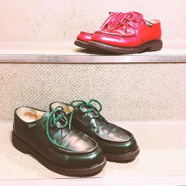 靴磨き女子部のお揃いシューズある日、旧タグの赤パラブーツ履いてたところ・・・社内の大先輩が「私も同じパラブーツ のグリーン持ってるよ」と!見せていただくと、本当にお揃いでした。深いグリーンがなんともステキ!数十年前に買ったようで、大事にケアしながら履いてきたようです️#靴磨き女子部#バクバクコアラ#靴磨き#paraboot#パラブーツ #足元倶楽部#shoecare