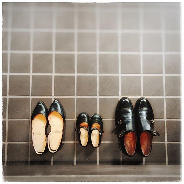 .先日のとある撮影のひとコマ。子どもの成長は早いもので服や靴、おもちゃも大切な思い出に。あの時こんな靴履いてたな〜って懐かしむ日が楽しみですね♡...HP:@shoecaregirls#靴磨き女子部#靴磨き女子部ピンクレンジャー#おしゃれさんと繋がりたい#足元くら部#良いものを長く#子ども靴#こども靴#子どもの成長#モゥブレィ#入園式#お手入れ#ファビオルスコーニ#お家フォト#家族の記録#shoecaregirls#mmowbray#mowbraymania#shoecare#fabiorusconi#araihiroshi..