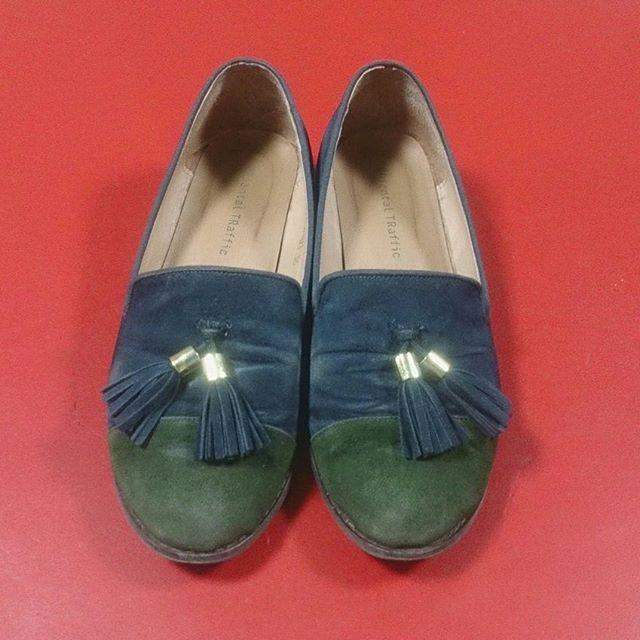 お気に入りのスエードパンプス、色褪せが目立ったのでM.モゥブレィ ラテックス&スプラッシュブラシで汚れを落とした後にFAMACOスエードカラーダイムリキッドで補色スッキリしました#靴磨き女子部 #shocaregirls #ハスキー犬 #ハスキーケン #orientaltraffic #オリエンタルトラフィック #スエード靴 #スエード好き #モゥブレィ同盟 #mowbraymania #famaco #ファマコ #スエードカラーダイムリキッド #サルトレカミエ #シュートリー #スエードの色褪せ #スエードの補色HP:@shoecaregirls