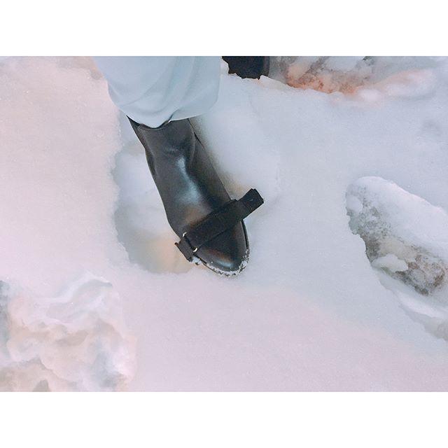 .大雪から始まり寒さが続いておりますね、、☃️ ..まだまだ路面は凍っているので、みなさんお気をつけください︎! ..スノーキャッチャーを装着したブーツは雪の中でも頑張ってくれました、、! ..HP:shoecaregirls..#靴磨き女子部#グリーンメン#関東は#大雪#そこで#スノーキャッチャー#雪対策#サイドゴアブーツ#shoecaregirls #mowbray #mowbraymania #靴磨き