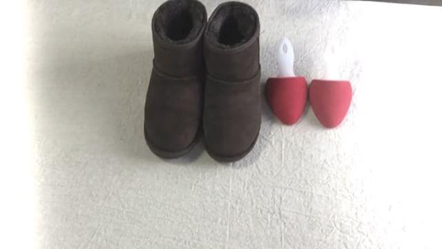 .動画で見るシューケアレシピ今回は色あせが気になるムートンブーツのお手入れ法!気がついたら白っぽくなっていたりシミ?汚れ??と気になったり…寒い時期こそ履きたいムートンブーツがおブスな表情にならないようにいつでも足元までピカピカにできるように色あせたムートンブーツのケアをご紹介します...HP:@shoecaregirls#靴磨き女子部#丁寧な暮らし#靴磨き女子部ピンクレンジャー#おしゃれさんと繋がりたい#女の嗜み#ムートンブーツ#寒さ対策#動画で見るシューケアレシピ#温活#スエード#起毛素材#ugg#shoecaregirls#mmowbray#mowbraymania#followme#shoecare#お手入れ#スエードカラーフレッシュ#革好き#動画で見るシリーズ...