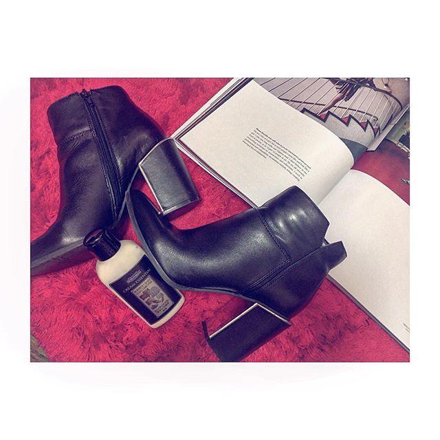 . .ササっとお手入れしたいときは、クリームエッセンシャルがおすすめです♀️.#靴磨き女子部#モノクロすけ#mowbray#shoecare#black#red#fashion#ninewest#おしゃれさんと繋がりたい