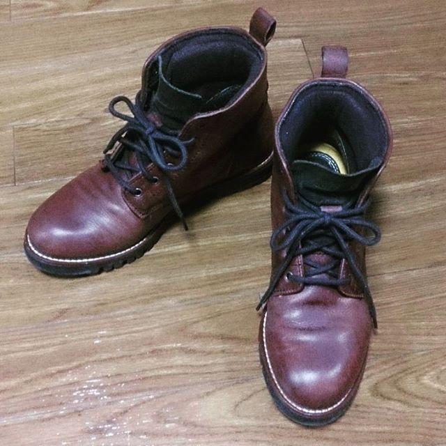 前から欲しかったコールハーンの靴、先日マイシューズの仲間入りしましたごっつ過ぎずかわいすぎないショートブーツ。かかと履き口部分にクッションが入っているので快適です☆#靴磨き女子部#shocaregirls #ハスキー犬#ハスキーケン#コールハーン#colehaan #ブーツ#ショートブーツ#モゥブレィ同盟#mowbraymania #レッドブラウン#足元クラ部#くつのこと#革靴HP:@shoecaregirls