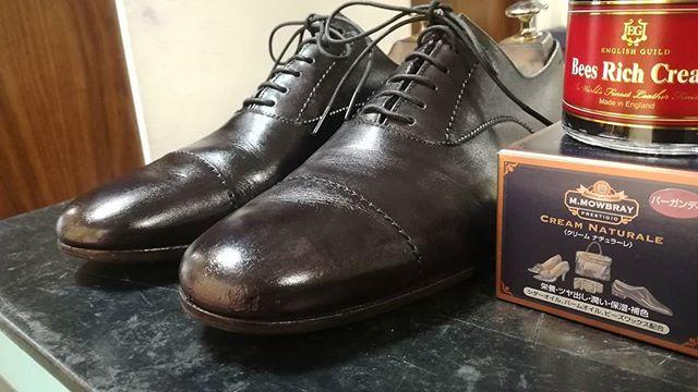 お気に入りの靴が気がついたら色褪せていた…。革の下地に赤が見えたので、バーガンディのクリームをこっそり仕込んでから黒いクリームで仕上げて(^^) 頑張った靴に、もう一手間かけてあげましょう!#shoecaregirls#mowbray #クリームナチュラーレ#からの#englishguild #beesrichcream#margarethowell#ladiesshoes#shoecare#lathercare#shoeshine#赤を仕込む#塗りすぎ注意#靴磨き#靴磨き女子部#劇団ぴよこ