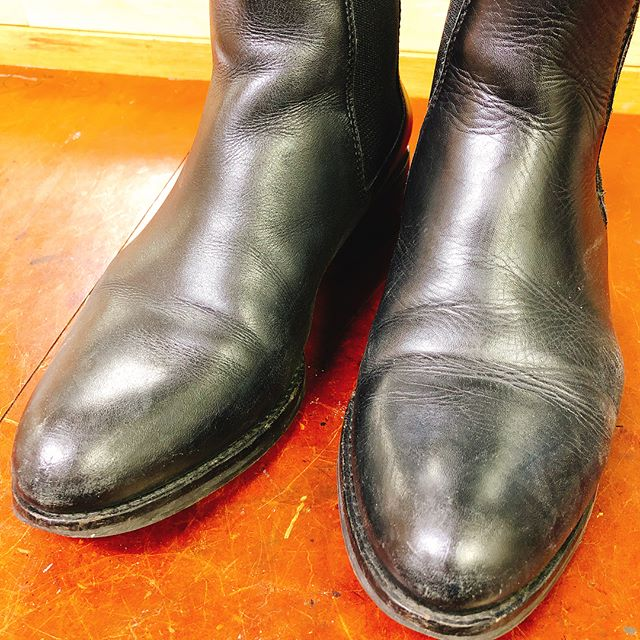 .きちんとお手入れしてあげると、靴は見違えるほどキレイになりますよお手入れの手順はこちら①ほこりおとしのブラッシング②クリーナーで汚れ落とし③靴クリームを塗りこむ④仕上げのブラッシング⑤余分なクリームを乾拭き実際にやってみると変化が楽しくて、お手入れし甲斐がありますよ♀️.#靴磨き#靴磨き女子部#グリーンメン#shoes #shoecare #mowbray #mowbraymania #サイドゴアブーツ#お気に入り