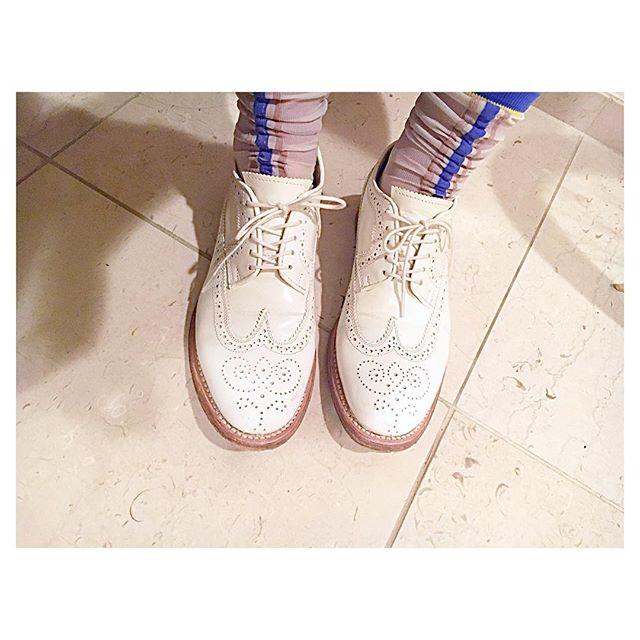 .春はなぜか靴下を見せたくなるという不思議。#靴磨き女子部#靴磨き女子部こびと#shoecaregirls #ホワイトレザー#革靴#靴下#toiro#足元倶楽部