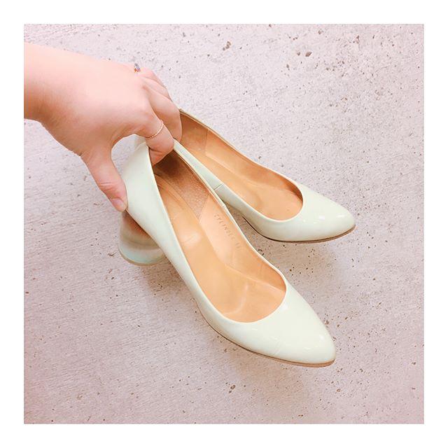 春は淡いやさしい色を合わせたくなりますね♩このパンプスのソールはレザーソール。履き始めの馴染んでない靴の反り返りがよくないときありませんか?そんな時にはコレ革底用の #ソールモイスチャーライザー を使用してます。#ペネトレイトブラシ で塗って、なじませるだけでも、効果的です#靴磨き女子部 #shoecaregirls #春パンプス#パンプスコーデ #mmowbray #靴磨き#シューケア#足もと倶楽部