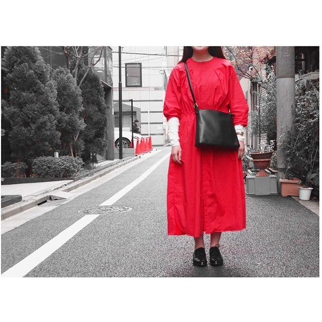 真っ赤なワンピースを主役に黒小物でまとめました〜!!#靴磨き女子部j#革靴女子#今日のコーデ#ワンピース#noteetsilence#ambidex#カットソー#beams#革靴#morokoi#オックスフォード#バッグ#ninaricci#おさがり#お洒落さんと繋がりたい#足元倶楽部#あしもと倶楽部#ハイシャイン#鏡面磨き#vintage#bag#fudge#cluel#あこがれ
