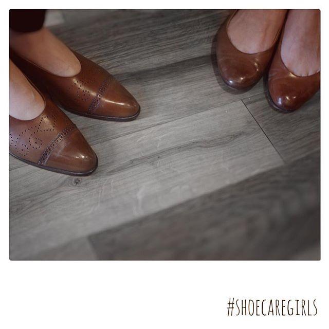 .先日オープンしたFANS.より、、、 ハイシャイン(鏡面磨き)女子をお届けします!チークのようにつま先にちょこんとアクセント女性でハイシャイン出来たら、ドキッとしますね♡..HP:@shoecaregirls#靴磨き女子部 #靴磨き女子部t #おしゃれさんと繋がりたい #fans浅草本店 #良いものを長く #靴 #お仕事コーデ #春 #お手入れ #靴磨き #ラルフローレン #仕事靴 #ハイシャイン #鏡面磨き #ralphlauren #shoecaregirls #mmowbray #mowbraymania #shoecare #ootd #asakusa #japan ..