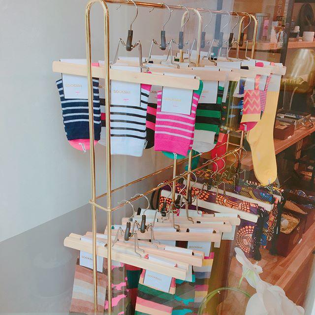 Fans.浅草本店より、靴磨き女子部おすすめの靴下です🧦Made in Japan のクオリティーにこだわった〝SOCKSist(ソクシスト)〟綿100%の表糸は上質な光沢感があり、またシルエット加工とういう高度な加工で着用時の毛羽立ちが軽減。履き心地がとてもよいです︎FANS.浅草本店では、レディースもメンズもご用意しております。本日は、ネイビーカモフラを着用してます♩#fansasakus#靴磨き#shoecare#靴下コーデ #socksist #くつした部 #浅草#靴磨き#靴磨き女子部#shoecaregirls #靴磨き女子部h