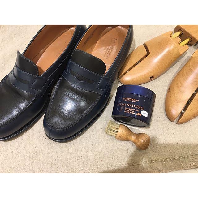こんにちは︎イベントの時にお手入れさせていただいた、J.M.WESTON ロファーネイビーとオリーブ色のバイカラーがさりげなくて素敵です♩m.mowbrayの靴クリーム、クリームナチュラーレでお手入れを。磨いたら、より色が引き立ちました#jmweston #shoecare #shoecaregirls#mmowbray#shoes#fashion#靴磨き#革靴女子#足元くら部#靴磨き女子部#靴磨き女子部h