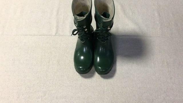 """.靴磨き女子部 Shoe Care Recipe 11回目のラバーブーツのお手入れは梅雨時期必見です️ レインブーツはお手入れしないとベタついたり曇ったりしやすくなります。マルチカラーローションを使って簡単にお手入れできます詳細は靴磨き女子部のホームページ""""Recipe""""から!...HP:@shoecaregirls#靴磨き女子部#足元倶楽部#靴磨き女子部t#おしゃれさんと繋がりたい#足元くら部#雨の日#レインブーツ#動画で見るシリーズ#靴美人#女の嗜み#shoecaregirls#mmowbray#mowbraymania#followme#shoecare#rain#japan#hunter_boots..."""