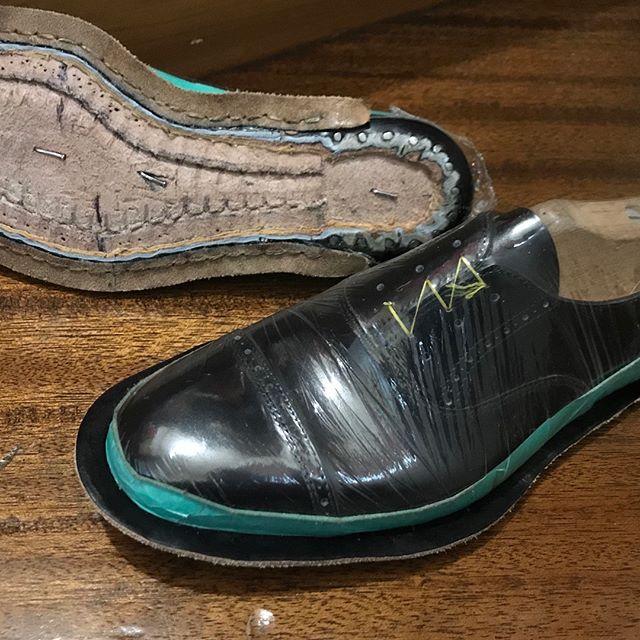 来月中には完成させたい。。。①5ヶ月前 ②やっとカカトがつきました。#shoecare#mmowbray #shoe活2018 #靴磨き女子部n #インスタキャンペーン開催中#靴磨き #shoecaregirls#インスタキャンペーン中 #趣味の靴作り #靴作り#shoes #革靴女子#足元くら部 #靴磨き女子部 #手製靴 #oxford #handsewn #handsewnwelted #bespoke #bespokeshoes