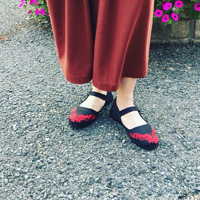 軽くてどこまでも歩けちゃう赤い刺繍がワンポイント。雨の日には水をはじき、晴れの日には汚れをつきにくくする、そんなプロテクターアルファを是非!!!#PANDAMERICA#ドラゴンエンブロイダリーシューズ🐉#shoecare #おしゃれさんと繋がりたい#あしもと倶楽部#shoecaregirls#mmowbray#shoes#fashion#靴磨き#革靴女子#足元くら部#靴磨き女子部#靴磨き女子部y