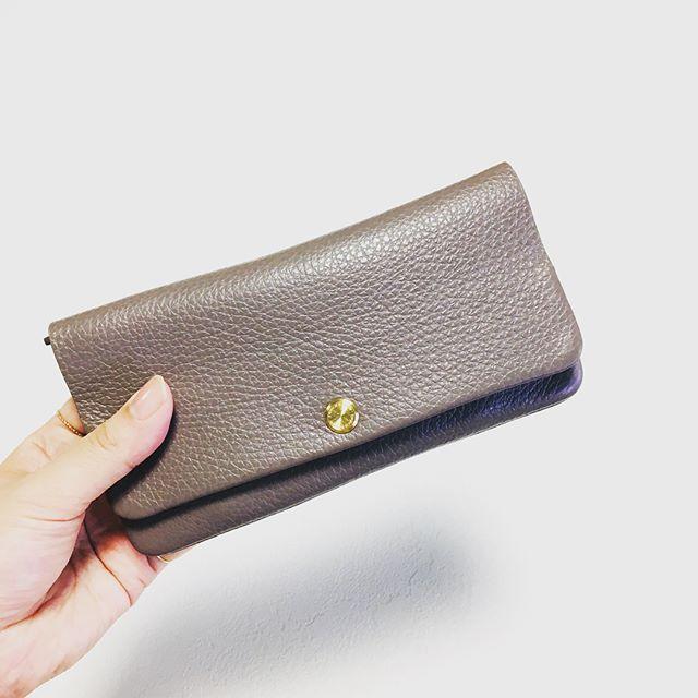 お財布を新調しました グレーの型押し。肌になじむようなスキンカラーが気分です。心機一転、お財布がレシートでパンパンにならぬようあえてスリム財布を選びました♩お手入れはやっぱり M.モゥブレィ デリケートクリーム が最強ですファーストケアもアフターケアもこれ一本でOKです。#mmowbray #革小物雑貨 #お財布新調 #wallet #touch&flow#靴磨き女子部h