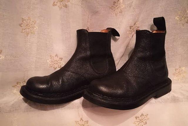 だんだん秋めいてきて、ブーツの出番も近づいてきました。しまってあった革靴は、履いていなくても緩やかに油分・水分が抜けていることも…!ブラッシング&クリームでの保革を忘れずに!#kokochisun3 #brooklyn#ソールカスタマイズ#黒桟革#japanleather#姫路レザー#白なめし#漆#手揉み#靴磨きの日2018#靴磨き女子部#靴磨き女子部k