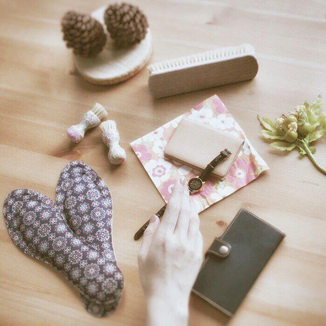 .秋の夜長に靴磨き#ペネトレィトブラシ はマステでデコレーションインソールは靴によって種類を変えます。携帯ケース、時計のベルトなど革小物のお手入れも抜かりなく.**********HP:@shoecaregirls#靴磨き女子部 #足元倶楽部 #おしゃれさんと繋がりたい #名刺入れ #高まる女子力 #秋の夜長 #栃木レザー  #靴磨き #レザーケア #9月23日は靴磨きの日 #靴磨き女子部t #shoecare #shoecaregirls #mowbraymania #shoecream #asakusa #靴磨きの日2018 #松ぼっくり#秋が好き.