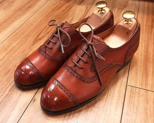 少しおめかししたい時には、基本のケアに加えてハイシャインも。雰囲気がガラッと変わります( ・ิω・ิ) #edwardgreen#vintageshoes#leathrshoes#ladiesfashion #mowbray#shoecare#shoeshine#靴磨き#シューケア#ハイシャイン#革靴女子#革靴好き#靴磨き女子部k#靴磨き女子部