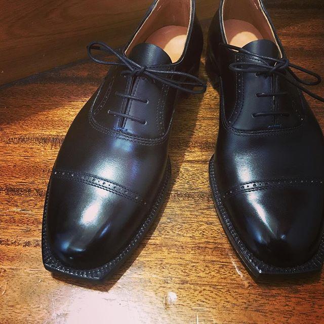 やっと完成︎#shoecare#mmowbray #靴磨き女子部n#靴磨き #shoecaregirls#趣味の靴作り #靴作り#shoes #革靴女子#足元くら部 #靴磨き女子部 #手製靴 #oxford #handsewn #handsewnwelted #bespoke #bespokeshoes
