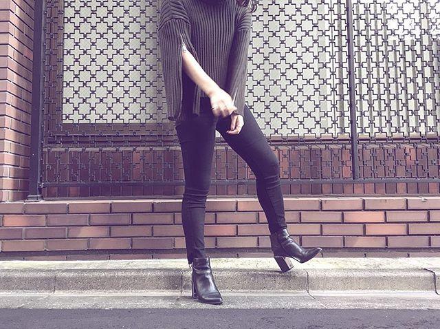 .黒が基本の私が着ることができる数少ない色の中の一色がカーキです♀️.黒×カーキの組み合わせ◎.ヒールはあまり履かないのですが、このブーツは履きやすいのでお気に入りです.#靴磨き女子部#靴磨き女子部s#mowbray#ootd#black#khaki#boots#zara#おしゃれさんと繋がりたい #今日のコーデ#黒コーデ