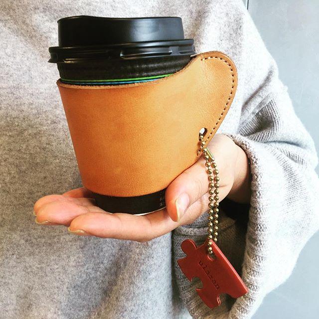毎朝の日課で通勤前にコーヒーを買います️レザーのコーヒースリーブが仲間入り♡寒い冬も乗り切れそうです!お手入れは#ナッパケア でスプレー保革成分と防水効果があるので、汚れ防止にも!エイジングも楽しみです️#靴磨き女子部#shoecaregirls #コーヒースリーブ#レザー#お手入れ#靴磨き女子部h